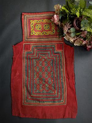ผ้าอุ้มเด้กม้งลาวแดง  ใช้ผ้าใยกัญชงโบราณเนื้อดี เขียนเทียนโบราณ ปักงานมือของชนเผ่าของคนเป็นเเม่ที่ทำให้กับลูกของตัวเอง
