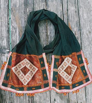 ผ้าคลุมไหล่ ผ้าพันคอ ของชนเผ่า ไทดำ เป็นงาน เก่า ยังไม่ผ่านการซัก เป็นของดั้งเดิมจากฝั่งลาว ผลิตด้วยงานฝีมือ ทอด้วยไหมเเท้ ลวดลายดั้งเดิม เเละสวยงาม